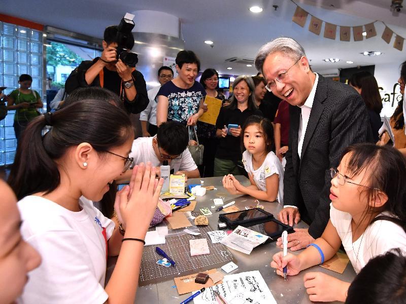 公務員事務局局長羅智光(右二)今日(八月二十二日)參觀香港青年協會荃灣青年空間,了解中心為青年提供的設施和服務。