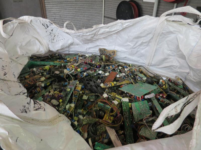 環境保護署在香港海關協助下,截獲三個載有有害電子廢物的進口貨櫃,三家入口商今日(八月二十二日)被裁定違反《廢物處置條例》。圖示被截獲的廢印刷電路板。