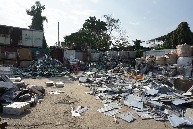 在今年一月的執法行動中,環境保護署在元朗查獲兩個露天回收場涉嫌非法處置大量化學廢物。