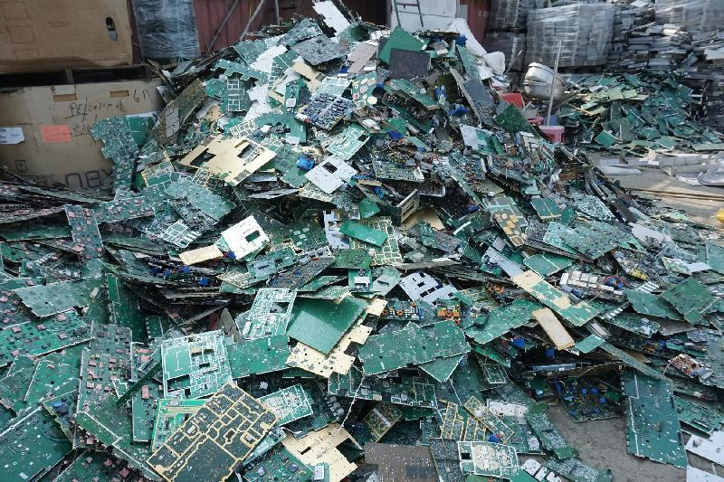 在今年一月的執法行動中,環境保護署在元朗查獲兩個露天回收場涉嫌非法處置大量化學廢物。圖示被截獲的廢印刷電路板。