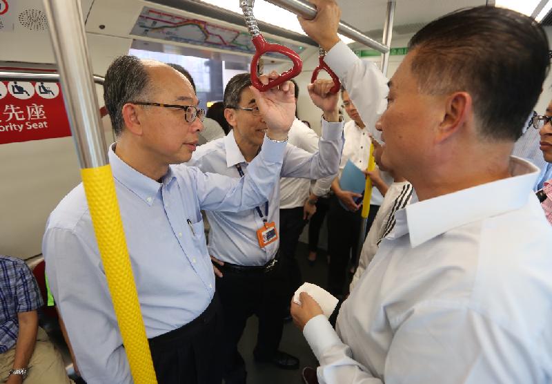 運輸及房屋局局長陳帆(左一)今日(八月二十二日)到訪觀塘。圖示他與觀塘區議會主席陳振彬(右一)及香港鐵路有限公司車務總監劉天成(左二)一同乘坐港鐵。