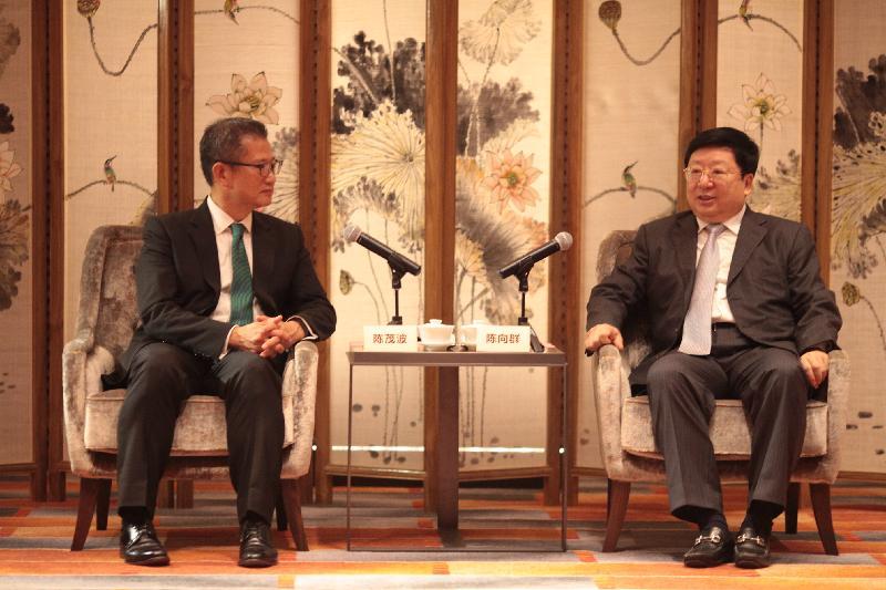 財政司司長陳茂波(左)今日(八月二十二日)在長沙與湖南省常務副省長陳向群(右)會晤。