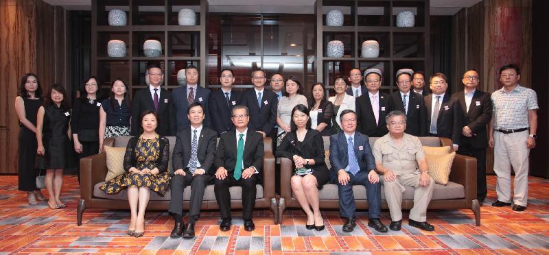 財政司司長陳茂波(前排左三)今日(八月二十二日)與在湖南經商和工作的港人會面。
