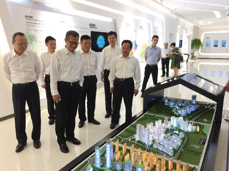 財政司司長陳茂波(左三)今日(八月二十二日)考察長沙高新技術產業開發區及園區內的企業。