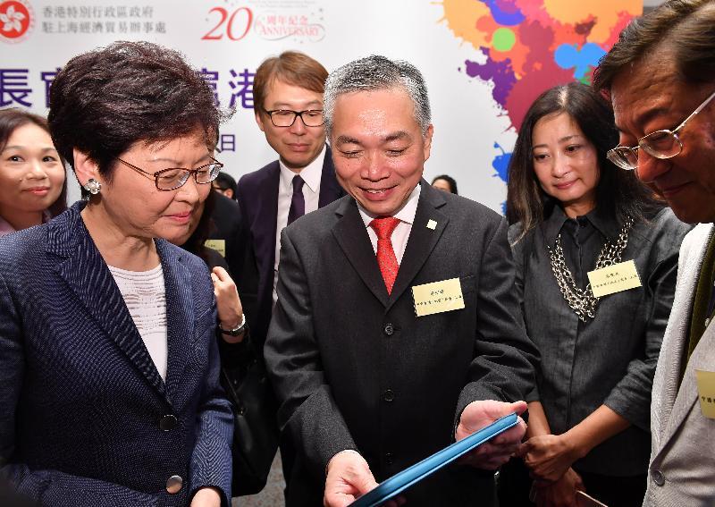 行政長官林鄭月娥(左一)今日(八月二十二日)在上海與於當地工作、營商和讀書的香港人會面。