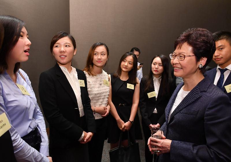 行政長官林鄭月娥(右一)今日(八月二十二日)在上海與於當地工作、營商和讀書的香港人會面。