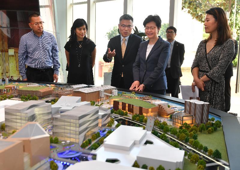 行政長官林鄭月娥今日(八月二十二日)在上海參觀上海夢中心展示廳。圖示林鄭月娥(右二)聽取上海夢中心總體規劃的介紹。