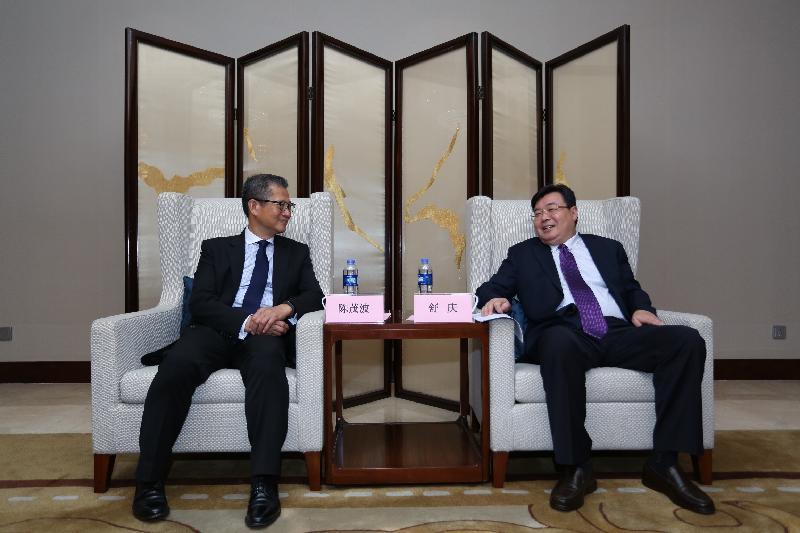 財政司司長陳茂波(左)今日(八月二十三日)在鄭州與河南省副省長舒慶(右)會晤。
