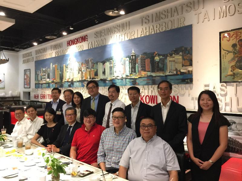 財政司司長陳茂波(前排左四)今日(八月二十三日)與在河南經商和工作的港人會面。