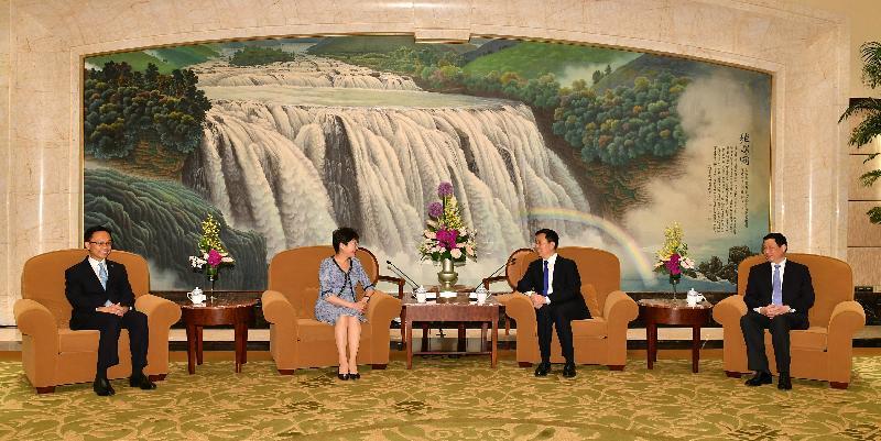 行政長官林鄭月娥(左二)今日(八月二十三日)在上海與上海市委書記韓正(右二)和上海市市長應勇(右一)會面。政制及內地事務局局長聶德權(左一)亦有出席。