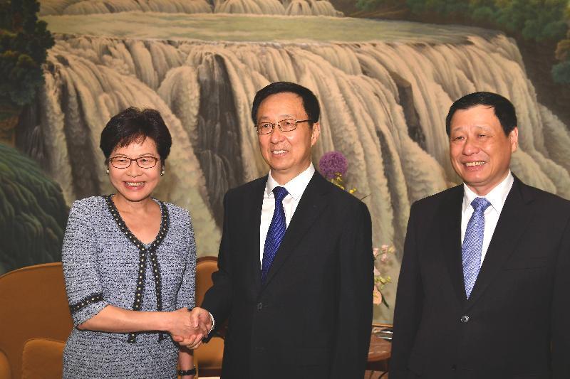 行政長官林鄭月娥(左)今日(八月二十三日)在上海與上海市委書記韓正(中)和上海市市長應勇(右)會面。