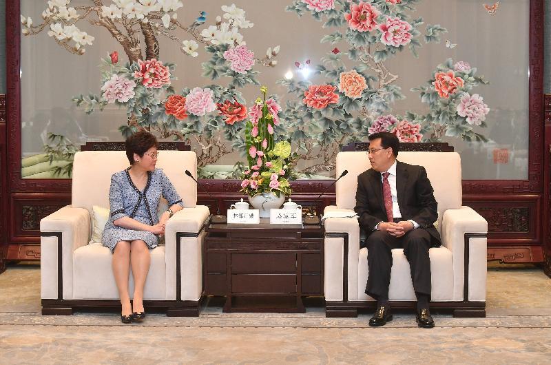 行政長官林鄭月娥(左)今日(八月二十三日)在杭州與浙江省省長袁家軍(右)會面。