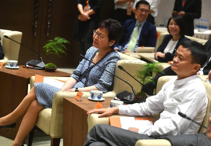 行政長官林鄭月娥今日(八月二十三日)下午在杭州參觀阿里巴巴集團。圖示林鄭月娥(左一)、阿里巴巴集團董事局主席馬雲(左二)與其他嘉賓聽取職員介紹集團運作情況。