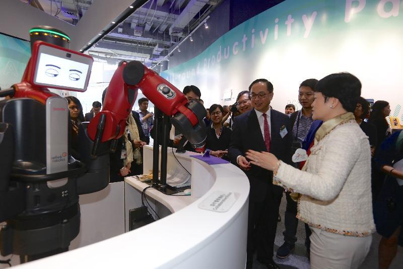 創新及科技局局長楊偉雄(右二)今日(八月二十四日)參觀新開幕的香港生產力促進局(生產力局)智能產業廊。旁為生產力局總裁麥鄧碧儀(右一)。