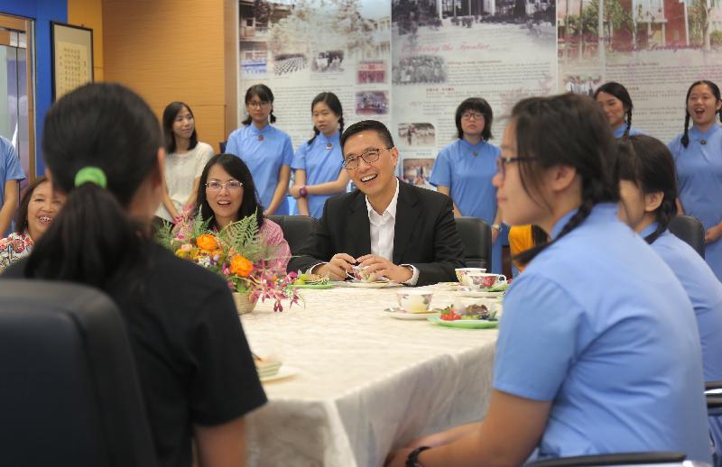 教育局局長楊潤雄(中)今日(八月二十四日)探訪九龍真光中學,並與師生交談。