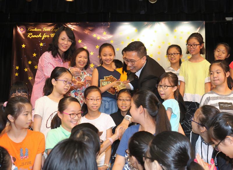 教育局局長楊潤雄(後排左四)今日(八月二十四日)參觀九龍真光中學舉辦的中一適應及成長活動,並參與「百人畫作」環節,與同學一起打下色彩繽紛的手印。