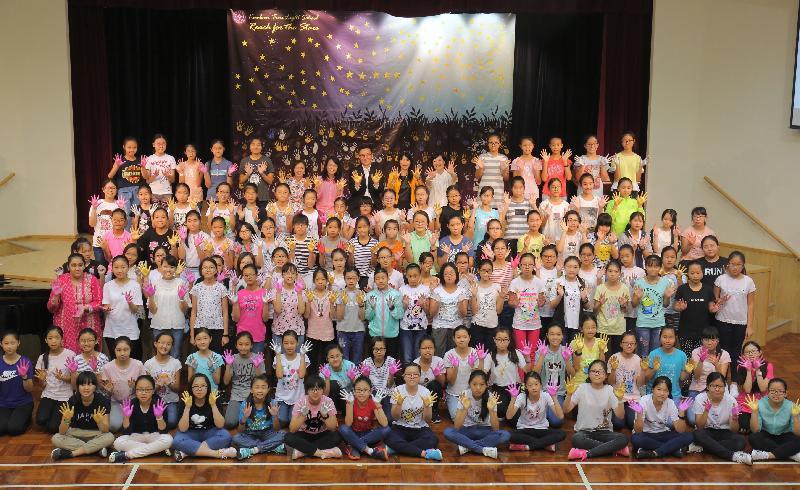 教育局局長楊潤雄(後排左八)今日(八月二十四日)參觀九龍真光中學,與參加中一適應及成長活動的學生合照。