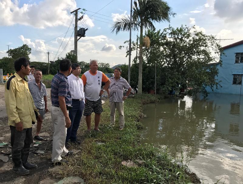 漁 農 自 然 護 理 署 署 長 梁 肇 輝 博 士 今 日 ( 八 月 二 十 四 日 ) 下 午 視 察 受 颱 風 天 鴿 影 響 的 農 田 及 魚 塘 。 圖 示 梁 肇 輝 博 士 ( 右 三 ) 視 察 一 個 位 於 元 朗 甩 洲 的 魚 塘 , 並 向 魚 塘 負 責 人 了 解 颱 風 對 其 魚 塘 的 影 響 。