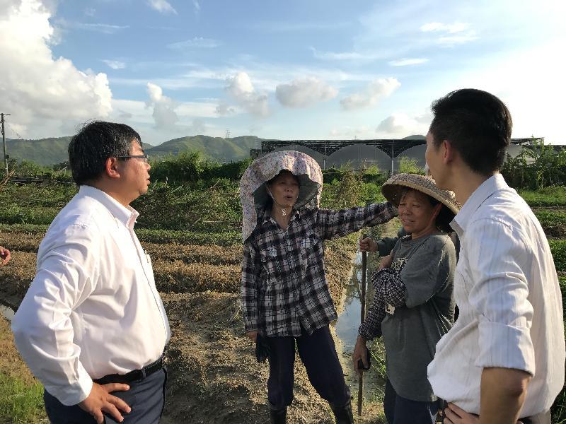 漁 農 自 然 護 理 署 署 長 梁 肇 輝 博 士 今 日 ( 八 月 二 十 四 日 ) 下 午 視 察 受 颱 風 天 鴿 影 響 的 農 田 及 魚 塘 。 圖 示 梁 肇 輝 博 士 ( 左 一 ) 告 知 受 颱 風 影 響 的 農 民 可 於 明 日 ( 八 月 二 十 五 日 ) 開 始 登 記 申 請 緊 急 救 援 基 金 。