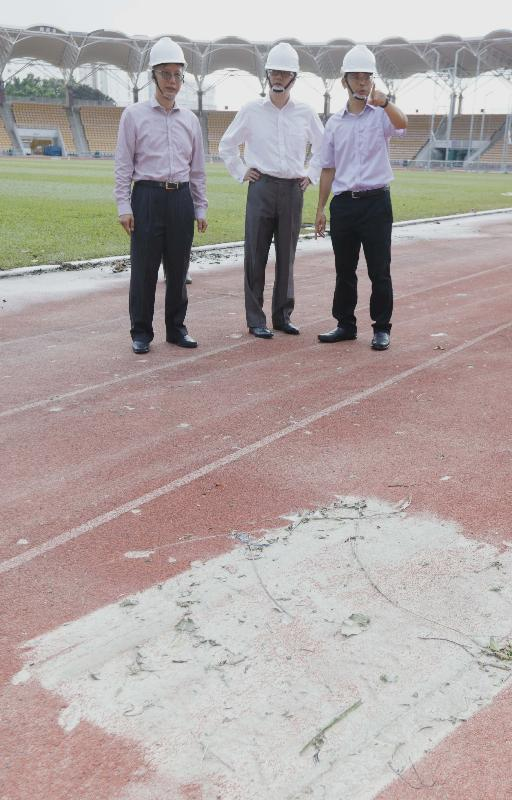 The Under Secretary for Home Affairs, Mr Jack Chan (centre), and the Acting Director of Leisure and Cultural Services, Mr Raymond Fan (left), visited the Siu Sai Wan Sports Ground in Eastern District this afternoon (August 24) to inspect the impact brought about by Tropical Cyclone Hato to the turf pitch, track and field facilities as well as the spectator stand of the sports ground.