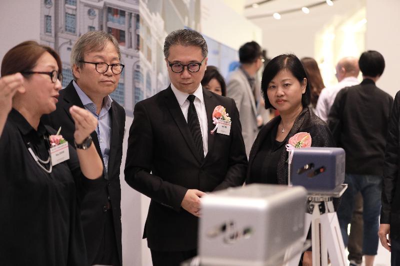 香港駐東京經濟貿易首席代表翁佩雯(右)今日(八月二十五日)在韓國首爾參觀香港設計展Confluence‧20+ Creative Ecologies of Hong Kong。