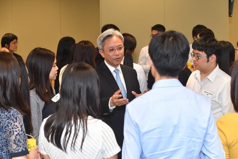 公務員事務局局長羅智光(中)今日(八月二十五日)與參加政務職系暑期實習計劃的大學生見面,了解他們的學習體驗。