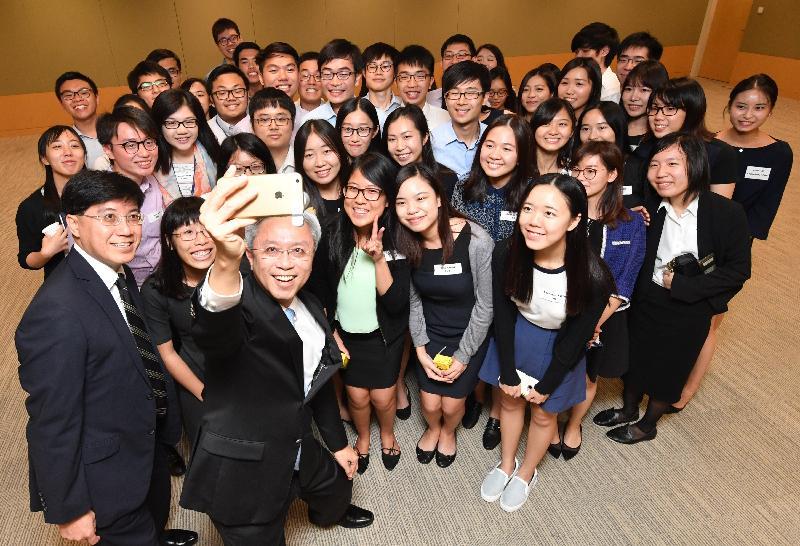 公務員事務局局長羅智光今日(八月二十五日)與參加政務職系暑期實習計劃的大學生見面。圖示羅智光(前排左二)與學生們自拍留念。左一為公務員事務局常任秘書長周達明。