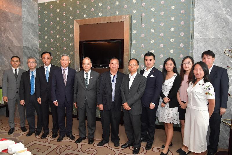 政務司司長張建宗(左五)今日(八月二十五日)在廣州與在粵香港商人和學生會面,了解他們在內地升學、工作及生活的情況,並聆聽他們對發展粵港澳大灣區的意見。