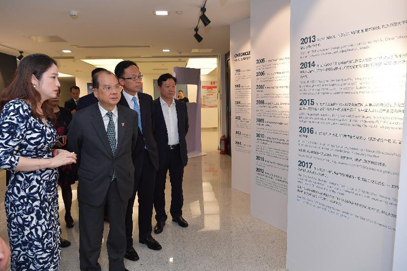 政務司司長張建宗今日(八月二十五日)訪問廣州,並參觀科大訊飛股份有限公司。圖示張建宗(左二)與政制及內地事務局局長聶德權(左三)在該公司高級副總裁杜蘭(左一)陪同下,了解廣州市創意科技產業的優勢。