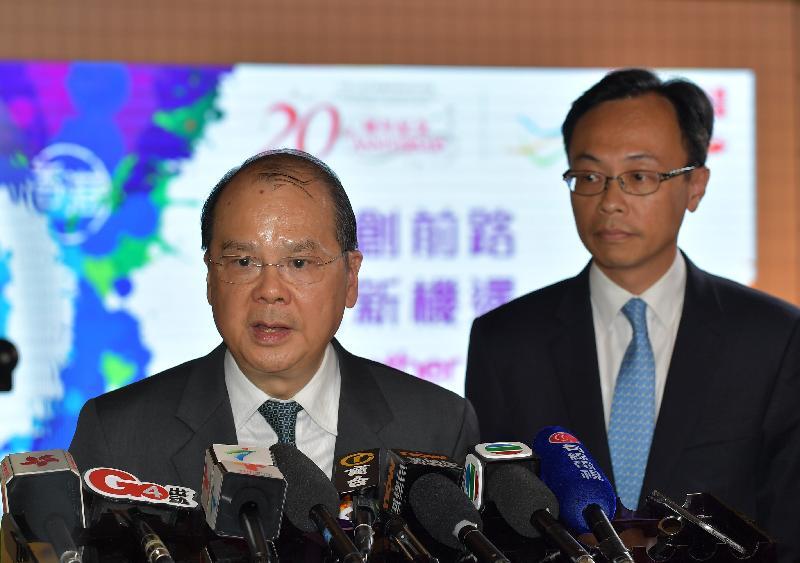 政務司司長張建宗今日(八月二十五日)訪問廣州。圖示張建宗(左)與政制及內地事務局局長聶德權(右)一同會見傳媒。