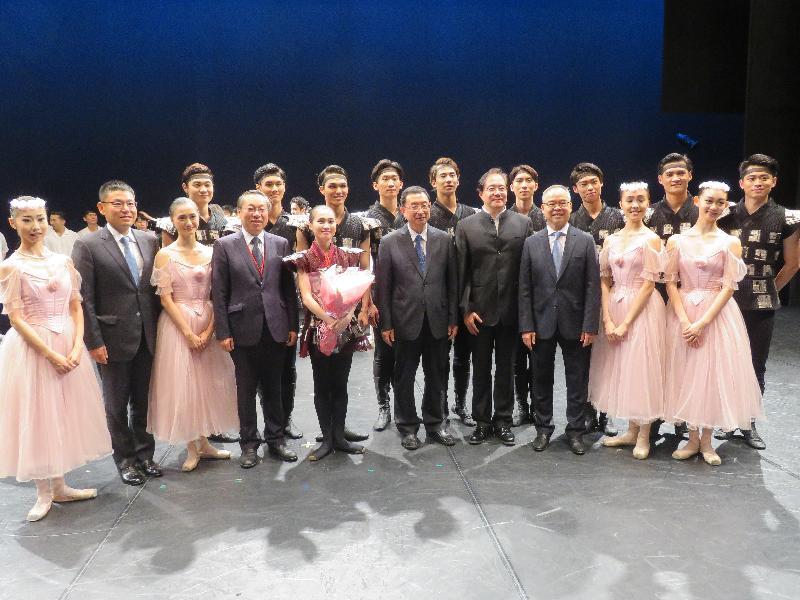 民政事務局局長劉江華(前排右三)昨日晚上(八月二十五日)在日本京都出席中日韓文化部長會議的中日韓藝術祭2017。圖示國家文化部部長雒樹剛(前排右五)及劉江華與中國國家芭蕾舞團表演者合照。