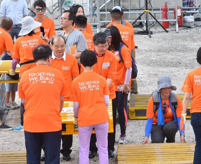 署理行政长官张建宗今日(八月二十六日)在中环海滨活动空间出席「共建‧共享:大型公共家俬展暨游乐会@中环夏志‧慢活风」。图示张建宗及其他嘉宾合力完成迷宫,以刷新「最长迷宫卡板连线」的健力士世界纪录。