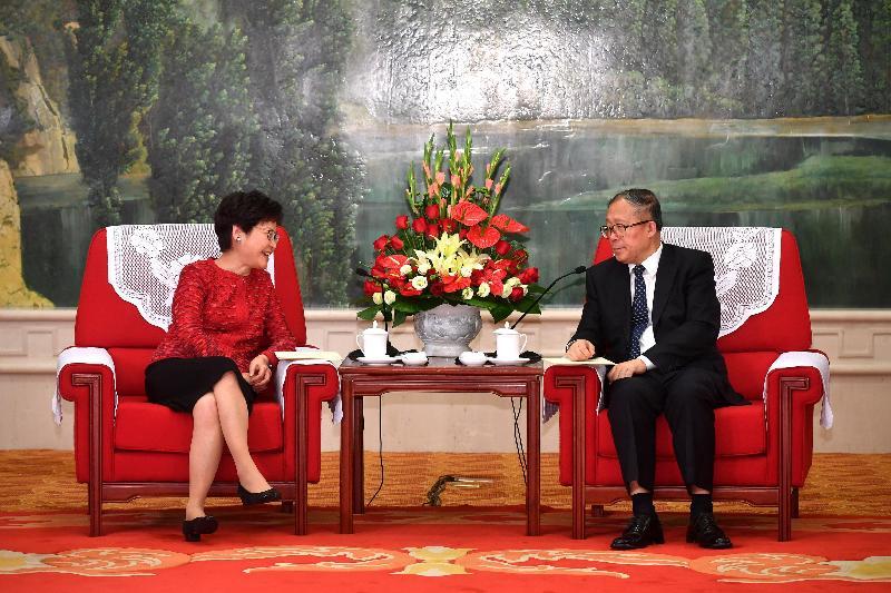 行政長官林鄭月娥今日(八月二十六日)在天津與天津市委書記李鴻忠和天津市市長王東峰會面。圖示林鄭月娥(左)和李鴻忠會面。