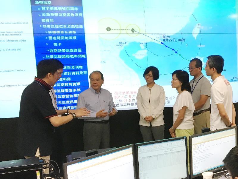 署理行政長官張建宗(右五)今早(八月二十七日)在八號東南烈風或暴風信號生效時,視察保安局啟動的緊急事故監察及支援中心,了解中心就颱風「帕卡」襲港採取的應對措施。