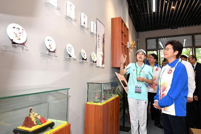行政長官林鄭月娥今日(八月二十七日)在天津出席第十三屆全國運動會開幕儀式前,到全運村探望香港運動員,為他們打氣。圖示林鄭月娥(右)參觀村內設施。
