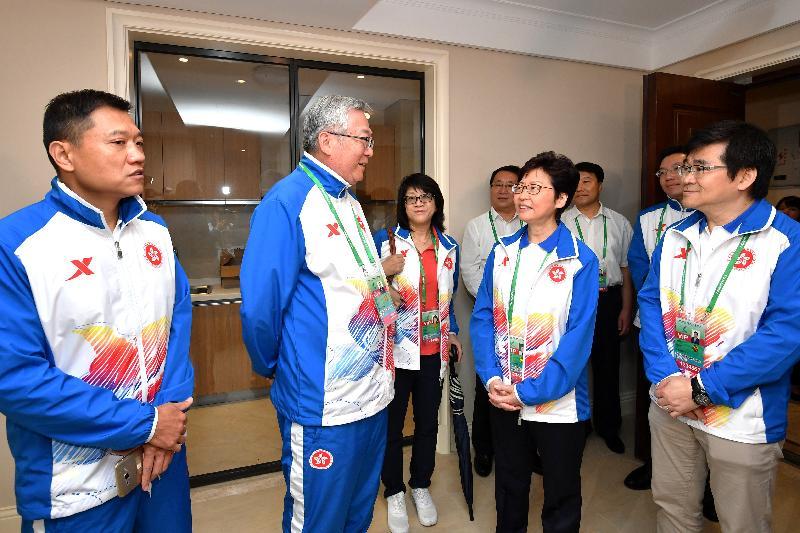 行政長官林鄭月娥今日(八月二十七日)在天津出席第十三屆全國運動會開幕儀式前,到全運村探望香港運動員,為他們打氣。圖示林鄭月娥(右二)和手球隊領隊及教練交談。