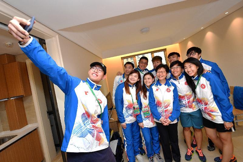 行政長官林鄭月娥(前排右三)今日(八月二十七日)在天津出席第十三屆全國運動會開幕儀式前,到全運村探望香港運動員,為他們打氣。 圖示林鄭月娥參觀運動員的住宿單位後與擊劍隊運動員合照。