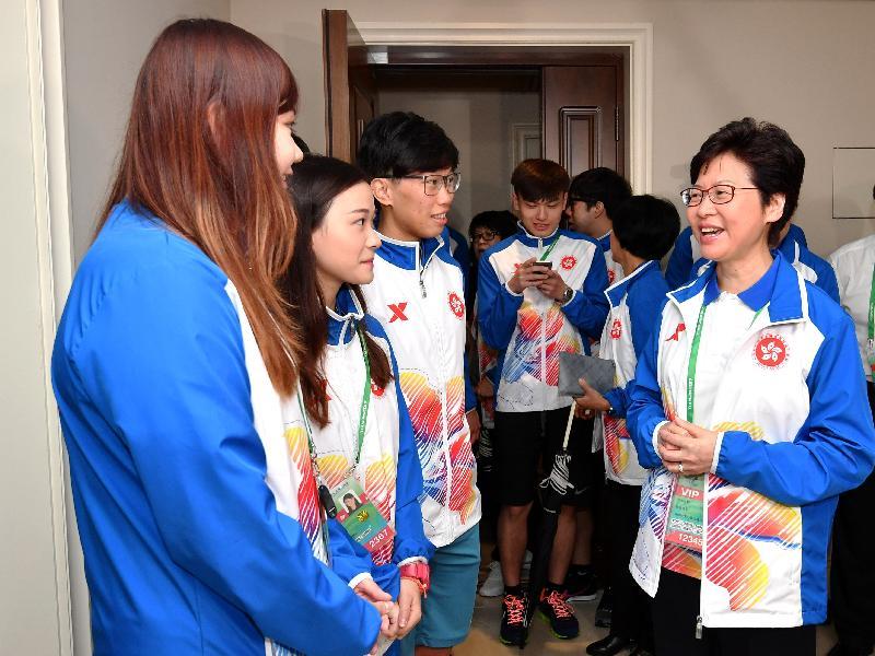 行政長官林鄭月娥今日(八月二十七日)在天津出席第十三屆全國運動會開幕儀式前,到全運村探望香港運動員,為他們打氣。圖示林鄭月娥(右一)和擊劍隊運動員交談。