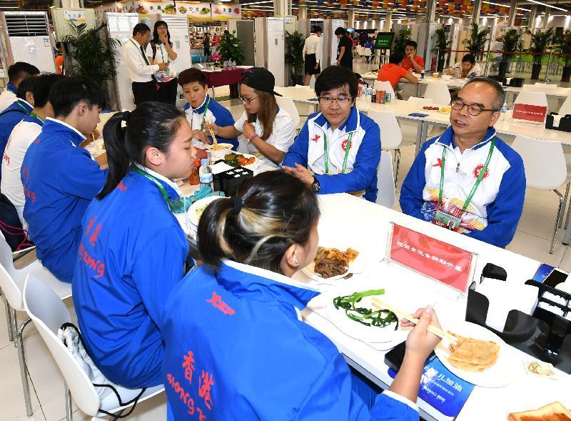 民政事務局局長劉江華(右一)今日(八月二十七日)於天津到訪第十三屆全國運動會全運村,並與香港武術運動員共晉午餐。