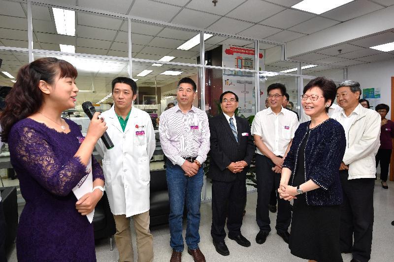 行政長官林鄭月娥今日(八月二十七日)在天津參觀天津國際生物醫藥聯合研究院。圖示林鄭月娥(前排右)參觀研究院的眾創空間,並和企業家交流。