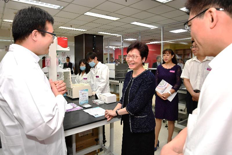 行政長官林鄭月娥今日(八月二十七日)在天津參觀天津國際生物醫藥聯合研究院。圖示林鄭月娥(中)參觀研究院的實驗室。