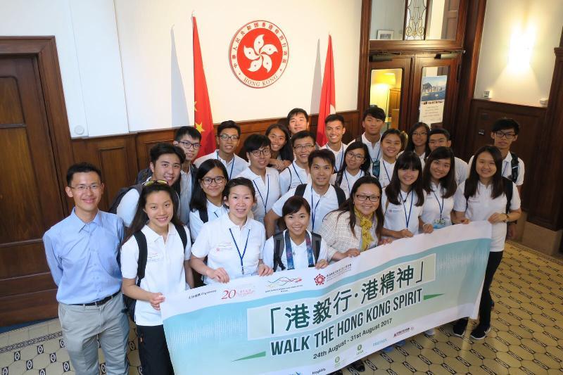 20名20歲的香港青年八月二十四日至三十一日在比利時參加交流活動。他們在八月二十四日探訪香港駐布魯塞爾經濟貿易辦事處(布魯塞爾經貿辦),並由布魯塞爾經貿辦副代表蔡敏君(前排左四)介紹經貿辦作為香港特別行政區政府駐歐盟和15個歐洲國家代表的工作。