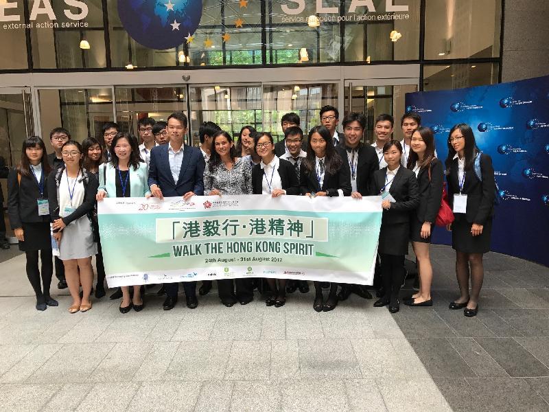 20名20歲的香港青年八月二十四日至三十一日在比利時參加交流活動。他們八月二十五日在香港駐布魯塞爾經濟貿易辦事處助理代表詹錦秋(前排左四)陪同下到訪歐洲委員會,聽取歐盟委員會歐洲對外事務部代表Deren Derya(前排左五)介紹歐盟與中國及香港的關係。