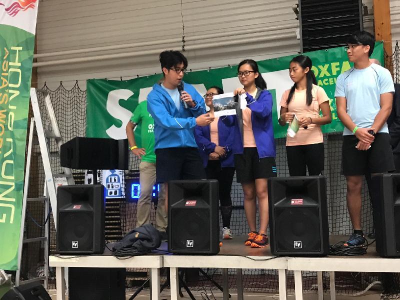 五隊香港青少年毅行隊伍的代表八月二十五日在比利時比辰巴赫出席「樂施毅行者」開幕儀式,向參加者介紹香港的不同特色,包括美麗城市景緻、美食及行山路徑。