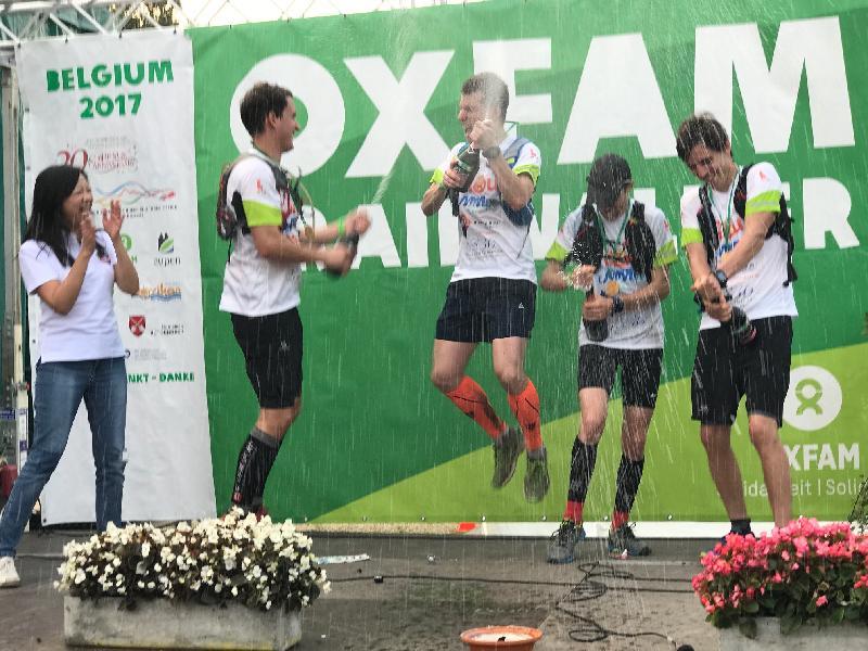 香港駐歐洲聯盟特派代表林雪麗(左一)八月二十七日(比利時時間)在比利時恭賀最快完成「樂施毅行者」的隊伍。