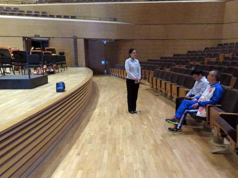 民政事務局局長劉江華(右一)今日(八月二十八日)在天津期間,參觀天津文化中心的音樂廳。