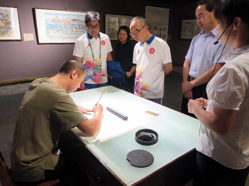民政事務局局長劉江華(右三)今日(八月二十八日)在天津期間,參觀天津楊柳青木版年畫博物館。
