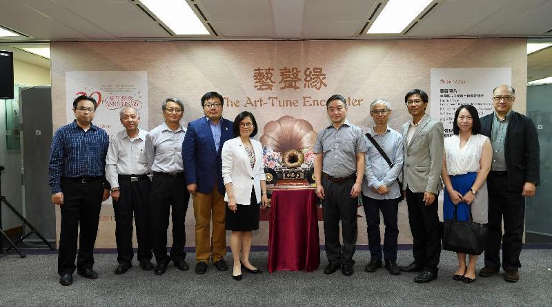 康樂及文化事務署(康文署)香港公共圖書館主辦的「藝聲緣:香港--上海雙城唱片記憶」展覽今日(八月三十日)在香港中央圖書館舉行開幕典禮。圖示康文署助理署長(圖書館及發展)劉淑芬(左五)、中國唱片(上海)有限公司總經理章利民(右五)及其他嘉賓合照。