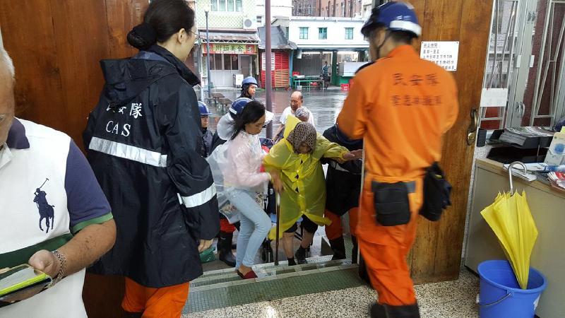 民安隊成員協助在颱風「天鴿」襲港期間受水浸影響的低窪地區大澳居民前往位於大澳鄉事委員會辦事處的臨時庇護中心暫避。