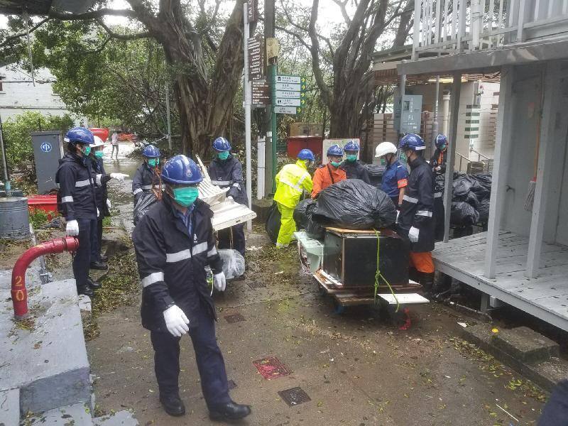民安隊成員在颱風「帕卡」吹襲後,協助食物環境衞生署清理大澳區內主要通道的障礙物。